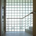 一面ガラスブロックの階段室
