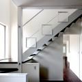 玄関から階段を見る