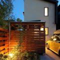 ライトアップされた前庭